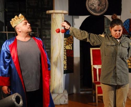 Για Ένα (1) Εισιτηριο της Εξαιρετικης και Διδακτικης Παιδικης Παραστασης Γεια Χαρα του Γιωργου Μαρινου στο Θεατρο Λαμπιονι στον Υπεροχο Πολυχωρο ΝODO JUNIOR! Μια Γλυκια Ιστορια, με Χαρουμενο Κειμενο οπου η Μικρη Χαρα, με τη βοηθεια της Νεραιδας και της Μαγικης Φρασης Γεια Χαρα καταφερνει να Ενωσει τους Ανθρωπους του τοπου της για να διωξουν τον Κακο, Λαιμαργο και Εγωιστη Βασιλια τους!!!
