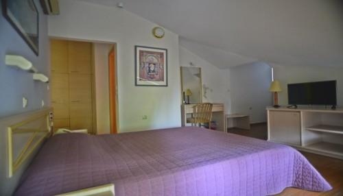 Καθαρα Δευτερα στην Πατρα, στο Poseidon Hotel! Απολαυστε 3 ημερες / 2 διανυκτερευσεις ΚΑΙ για τα 2 Άτομα ΚΑΙ ενα Παιδι εως 12 ετων, σε δικλινο δωματιο με Ημιδιατροφη ( Πρωινο Αμερικανικου τυπου σε Μπουφε και Γευμα η Δειπνο), μονο με 180€ απο 360€ ( Έκπτωση 50%)! Κατα τη διαρκεια των γευματων προσφερεται Νερο και Αναψυκτικο η ενα ποτηρι Κρασι η μια Μπυρα ανα ατομο! Παρεχεται μια χρηση του Hamam η της Sauna ημερησιως, Ελευθερη χρηση του Γυμναστηριου καθως και Late check out κατοπιν διαθεσιμοτητας! Υπαρχει δυνατοτητα επιπλεον διανυκτερευσης!