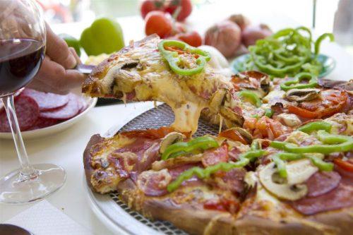 Γευμα Δυο Ατομων με Αυθεντικη Ιταλικη Κουζινα, με 1 Απολαυστικη Χειροποιητη Ιταλικη Γιγας Pizza (34cm) με επιλογη απο 30 Λαχταριστες και Απολυτα Χορταστικες Προτασεις (Classic, Light, Νηστισιμες) & 2 Αναψυκτικα η 2 Μπυρες… η εναλλακτικα…με 2 Κυριως Πιατα Ζυμαρικων (Spaggeti, Tortellini, Rigatoni, Tagliatelle, Penne) με επιλογη απο 13 πεντανοστιμες Προτασεις & 2 Αναψυκτικα η 2 Μπυρες… με την Ασυναγωνιστη Γευστικη Υπογραφη του Αγαπημενου Restaurant Ιταλικης & Ελληνικης Κουζινας Pizza Δουρειος, στον πανεμορφο Χωρο του, στην Αγγελακη!