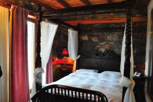 Ονειρεμενη Αποδραση στο Πανεμορφο και διακριτικης Πολυτελειας MonteCristo Chalet στον Αγαπημενο Παλιο Άγιο Αθανασιο στο Καιμακτσαλαν (απο 16/01 εως 02/04)… για Δυο εως Τεσσερα Άτομα, σε Εντυπωσιακο Double Room με Τζακι η Superior Double Room με Τζακι, με Πλουσιο Πρωινο, Χαμαμ και Υδρομασαζ στο δωματιο, Welcome Drink και Φρουτα για καταναλωση στο δωματιο και Early Check In - Late Check Out! Ζηστε μοναδικες στιγμες χαλαρωσης και αναζωογονησης σε ενα χωρο μοναδικο που παντρευει αρμονικα την απλοτητα της πετρας και του ξυλου με την πολυτελεια και την ανεση!
