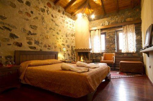 Ρομαντικο, Κοσμοπολιτικο και Μαγευτικο 3ημερο η 4ημερο για Δυο Άτομα, σε Double Room με Τζακι και Παραδοσιακο Πρωινο, στον πανεμορφο Πετροχτιστο Παραδοσιακο Ξενωνα Αρχοντικο Ταρσουνα στον Αγαπημενο Παλιο Άγιο Αθανασιο στο Καιμακτσαλαν (απο 10 Ιανουαριου εως 31 Μαρτιου)! Ο πιο Hot Χειμερινος Προορισμος της Βορειας Ελλαδας, σας προσκαλει να Aπολαυσετε την Κοσμοπολιτικη Ατμοσφαιρα του, το πανεμορφο κατασκευαστικα Design του, τις μοναδικες Γευσεις του και τον ασταματητα Διασκεδαστικο παλμο του...στην πλεον Οικονομικη Τιμη!