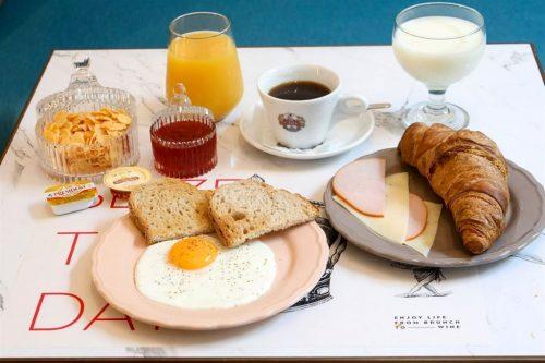 Απολαυστε Πρωινο, Brunchκαι Φιαλη κρασιου μεPlateau για 2 ατομα, σε ενα περιβαλλονυψηλης αισθητικης στο κεντρο της πολης!
